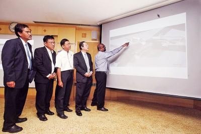 槟岛市政厅工程局副主任拉贞德拉(右起)给槟首长林冠英、光大州议员郑来兴、槟首长政治秘书黄汉伟和杰瑟尼,还有媒体解释八爪鱼工程延误原因。