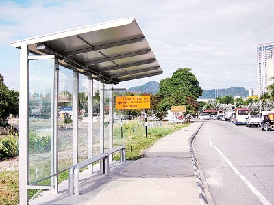 新建巴士站选用透明的玻璃材料围起,重具有通透感。