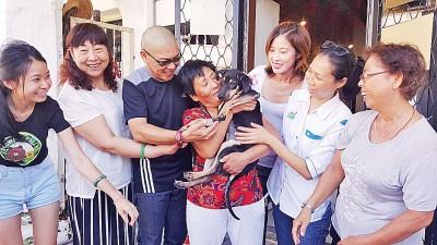 杨晓云抱起小狗,把爱狗人士都逗乐了。