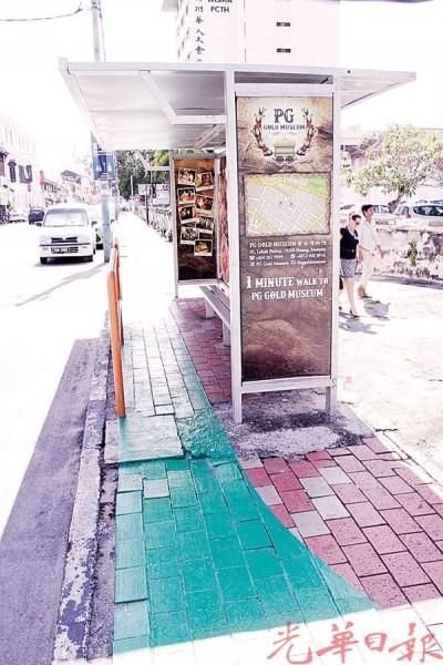脚车道硬生生穿过巴士站,宽度也不足以让脚车安全通过。
