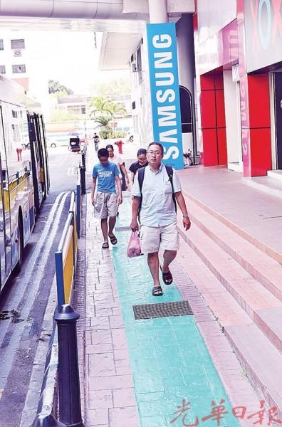 市区内一些绿色脚车道被漆在只容得下双人并肩的狭窄人行道。