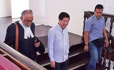 陈国平(中)也前来法庭了解案件进展。