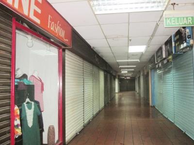许多位于地点位置较为不佳的店面空置已久,部分店面甚至已关门大吉。