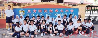 光育学校一年级新生4位,全校学生在开学首日聚集校前。