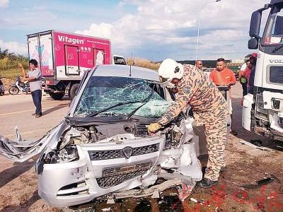 汽车与拖格罗里相撞后,车头形成一堆废铁。