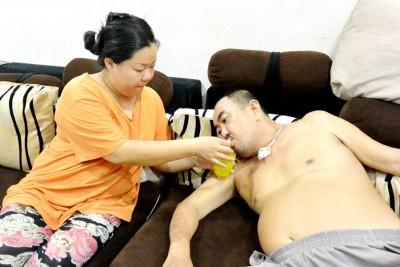 想到家中的丈夫及孩子,华萍萍打消轻生念头,母兼父职照顾一家人。