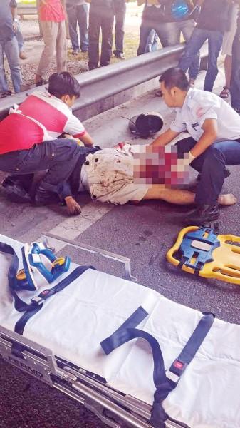 救护人员尝试在救伤车上进行心脏复苏法,还是无法救回骑士性命。