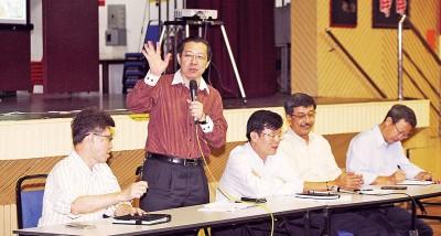 槟州首席部长林冠英发言,右起金务大工程管理总经理陈升鹏、SRS集团执行董事司徒伟龙、槟州行政议员曹观友及左一槟州地方政府总工程师林天廷。