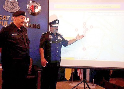 达威甘(右)在米尔的陪同下,向媒体透露大宝森节封路路段。