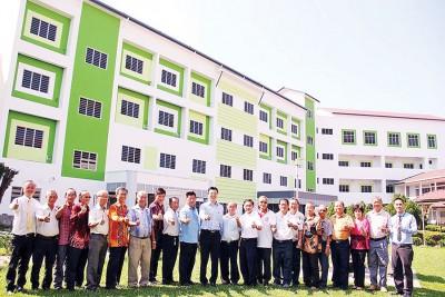 蔡智勇(左11)巡视安顺三人民独中新校舍的建设工程。左10于连小珠、陈鸿清、江顺进、林绍枝同马达权,左1也胡永铭。