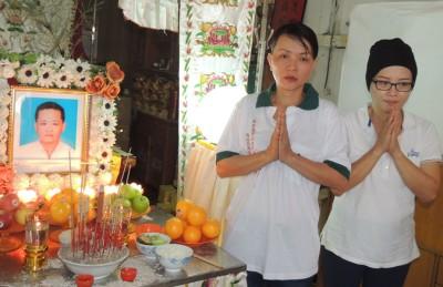 徐来进病逝,家人麦娥苏(左)与徐宝兰感谢社会热心人士,及吁停止汇款。