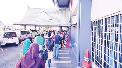 众多求职者在加央市政局大门前排长队争取工作机会。