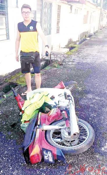 高凯叶指出窃贼遗弃在后巷的摩托车。