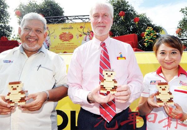 米尔扎(左起)、玛克杰尔曼与熙丽拉一同见证马来西亚乐高主题乐园使用乐高积木砌成2016个猴子模型,成功列入大马记录大全。