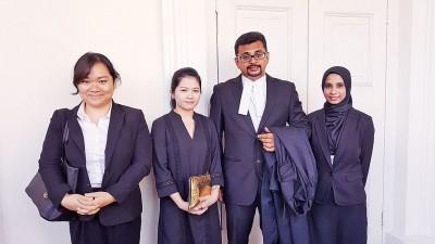 马函梅(左2)向代表律师西蒙慕勒礼(右2)表示致谢,旁为丽蒂雅与法兹雅。