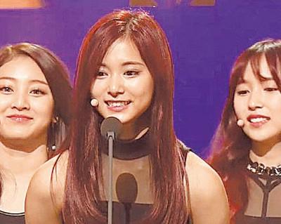 周子瑜(中)随团获颁新人奖,领奖时用中文致词,现场报以热烈掌声。