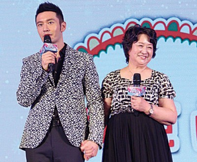 黄晓明(左)和妈妈日前宣传实境秀节目,谈到上厕所话题尴尬不已。