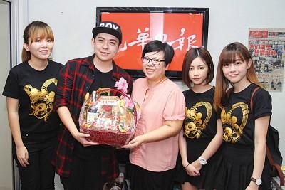Red People旗下艺人Yuki陈太(左起)、陈吉米、Michiyo何恋慈(右起)及May吴翠媚,周四前来《光华日报》吉隆坡办事处向大家拜年。