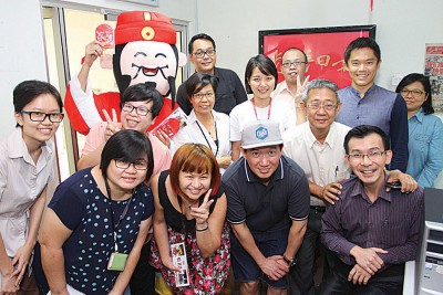 杜汶泽(前排右2)与《www.55402.com永利啦!》执行监制郑建国(后排右2)拜访《光华日报》吉隆坡办事处,向本报同事拜早年。