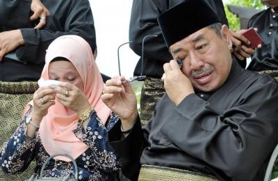 阿末巴沙就任大臣后,到母亲坟前致意时落泪。