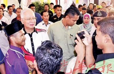 民众把握机会拍下首相风采。