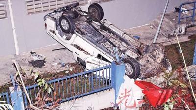 """肇祸的丰田四驱车坠山撞入国能电流转驳站后""""四轮朝天""""。"""