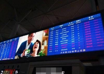 显示屏上还显示列车班次延误。