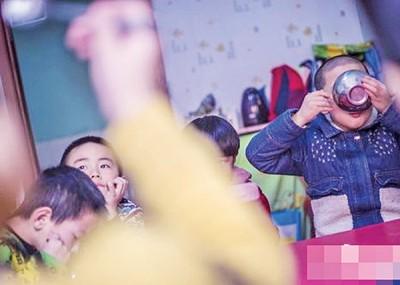 小夏(右一)当幼儿园生活了3年,直接不得到家人接回家。