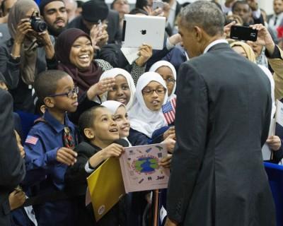 欧巴马访问清真寺,和小打招呼。