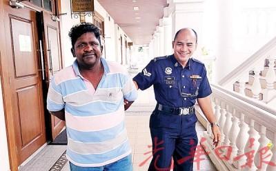 被告被押出法庭时,一脸微笑从容面对媒体镜头。
