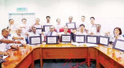 """林敦良一起委员会成员和非政府组织代表,举牌反对以马球场举办""""槟城热气球节""""。"""