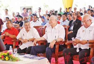 吉打州务大臣阿末巴沙在上任后出席的首场活动,会上与首相纳吉互相寒暄。