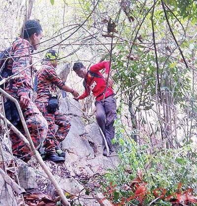 搜索队伍成功寻获受困青年行踪。