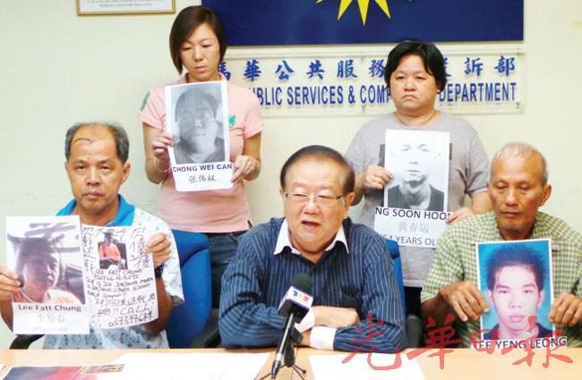 高梅祝(后右)、郑金桔(前右)、李发秋(前左)和张翠庭(后左)向张天赐(前中)投诉遭大耳窿追债的经过。
