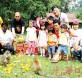 林晋伙(左3)与士拉央市议员及他们的小孩带香蕉与年柑来肯晴森林,与猴子群庆猴年的到来。右为游佳豪。