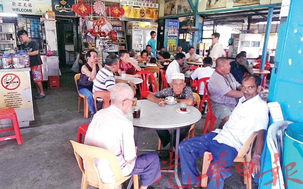 各族人民一起同桌喝茶。