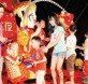 陆兆福(左)在会上与齐天大圣一同派发红包给出席的小朋友们,让大家乐开怀。
