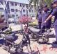 米尔与日落洞警局局长拉昔扎一同展示遭解体的摩托车。