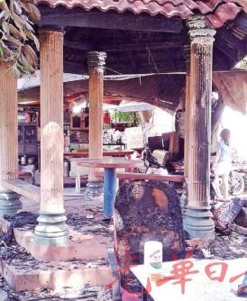 """""""上车亭""""是武拉必居民喝茶聊天的聚会场所,却成了纵火狂徒目标,亭子四周的桌椅也遭殃。"""