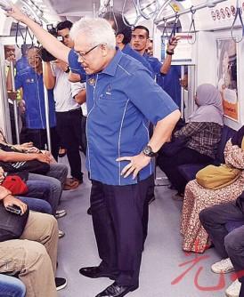 韩沙再努丁(站者中)向乘客了解生活水平课题。