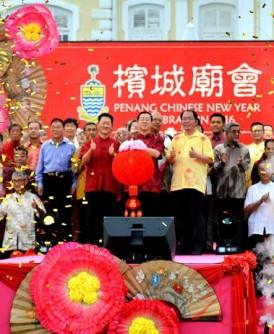 林冠英(中)在叶谋通(左)及黄伟益等嘉宾的陪同下进行开幕仪式。