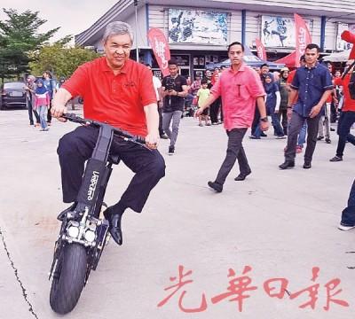 阿末扎希试骑电动滑板车,甚至表明会购买一台自行使用。