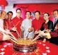 廖中莱(左6起)、黄汉良等嘉宾一同捞生,欢庆新年。左起是邓章钦、马吉德、吴德芳、方天兴、黄锡琦、马伽、赛诺鲁扎曼、林恒韵及陈春华。