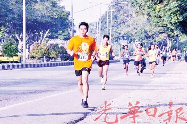 王振安轻松参赛,脚下穿的就是塑料凉鞋。