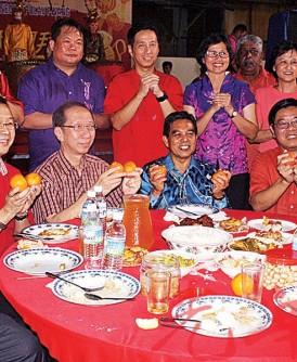 民政党新春大团拜。主桌嘉宾向大家拜年,坐者左起林玉唐、刘华才、许子根、希尔米、邓章耀和许廷炎。