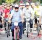 莫哈末卡立诺丁(前中)在苏莱曼(前右)陪同下,骑脚车抵达会场,一尝脚车运动乐趣。