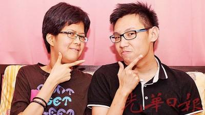 """陈佳祺(左)和好友董德彬从""""V""""展示,见良好性格。"""