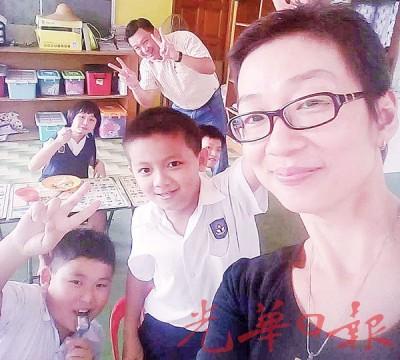 阮小花于办事之场地,和孩子们亲切合照。