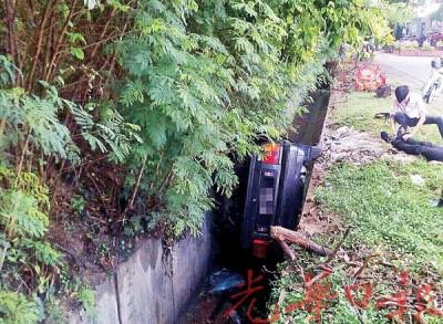 花蝴蝶国产车被发现卡在沟渠内,车内男子不幸伤重送命。