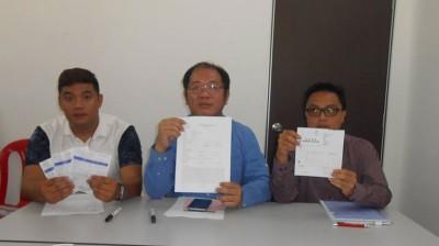 灯会负责人杨健崴、黄伟益议员和庙会工委会志愿警卫团协调人尤祖吉显得收据。
